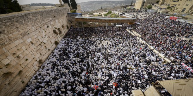 80,000 Gather at Western Wall to Receive Priestly Blessing During Passover