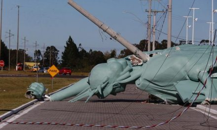 A replica of the Statue of Liberty, symbol of the Havan store, fell in Capão da Canoa, on the North Coast of Rio Grande do Sul, this Monday (24th).